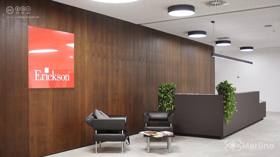 Bancone_reception_e_parete_attrezzata